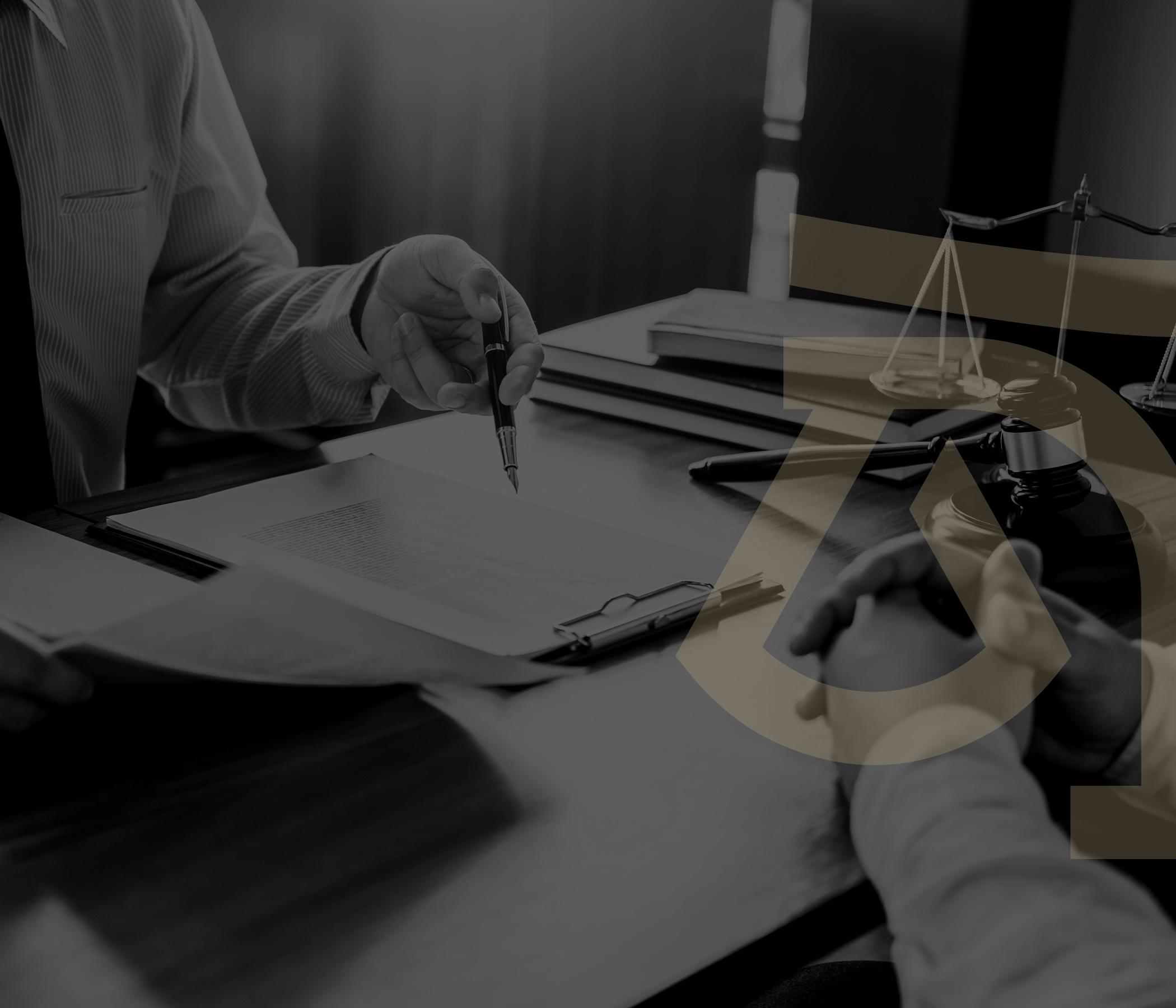 Büromuzu farklı kılan en önemli özelliklerden bir tanesi, ekibimizin hem klasik avukatlık hizmetleri (dava ve tahkim süreçleri), hem de proje bazlı hukuki danışmanlık alanlarında eşit seviyede uzmanlaşmış olmasıdır.